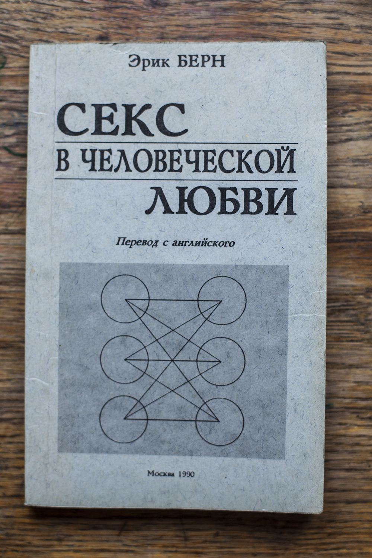 devushka-v-kupalnike-svyazana